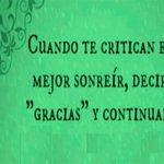 Cuando te critican mejor sonreír decir gracias y continuar